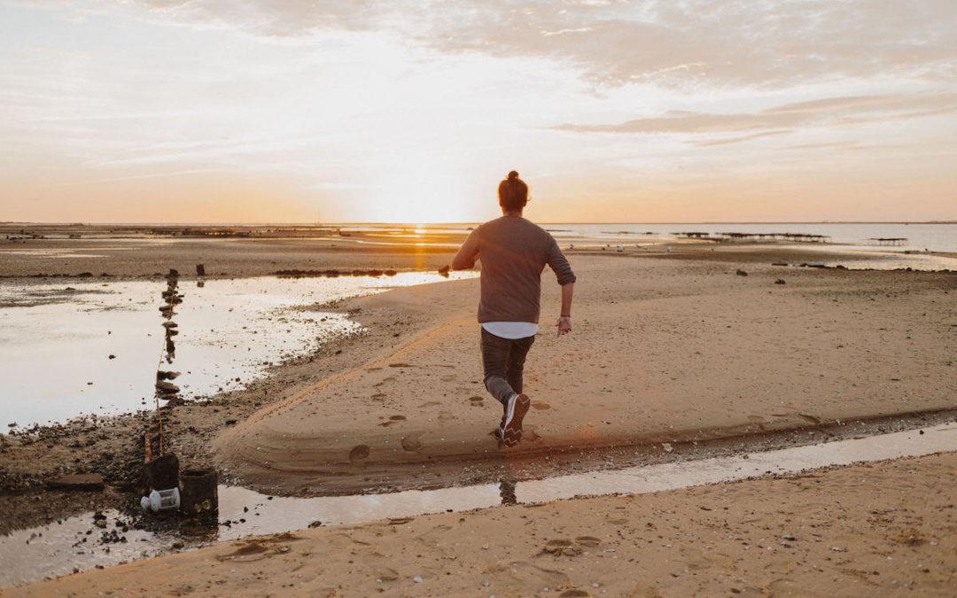Er zieht sich zurück: Ursache und richtige Reaktion bei Distanzspielchen